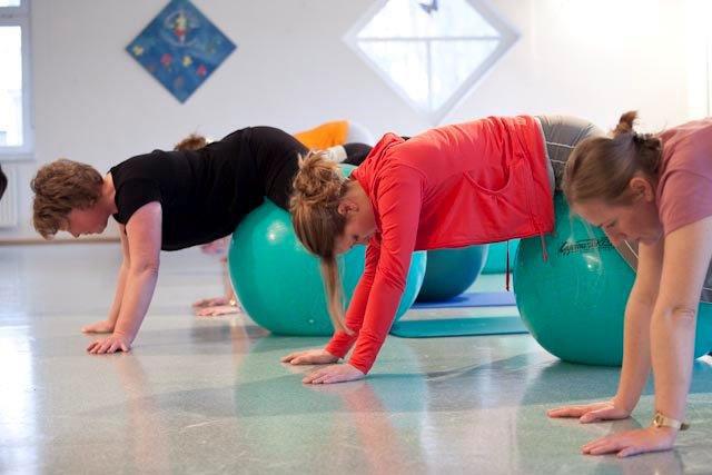 Mütter bei der Bewegungstherapie