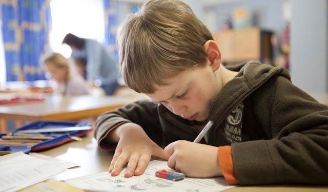 Junge in der Schule