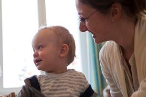 Kleinkind mit Betreuerin