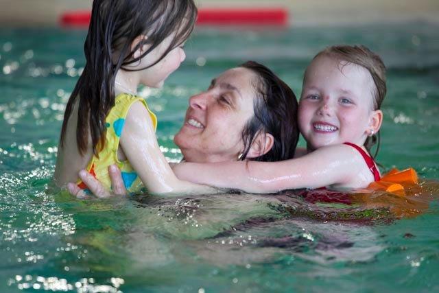 Mutter Kind Schwimmen