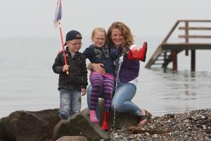 Mutter mit Kindern am Strand
