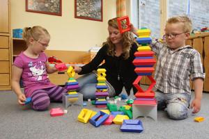 Mutter und Kinder im Spielzimmer