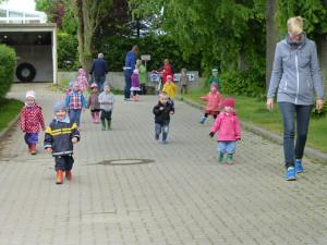 Kleinkindergruppe Spaziergang