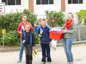 Kindergruppe auf dem Weg zum Schwimmbad