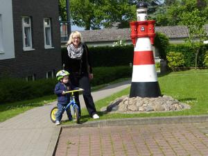 Mutter und Kind vor dem Leuchtturm