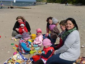 Mütter und Kinder am Strand