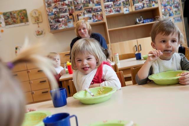 Kleinkindergruppe beim Mittagessen