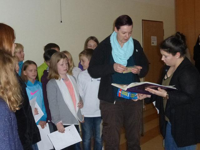 Kinder überreichen ein Geschenk
